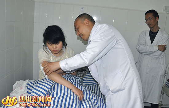 农妇发病挥刀砍向2岁幼童 19岁女孩手臂挡刀