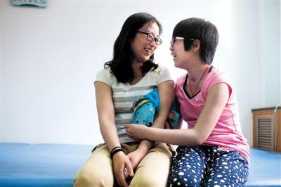 在北京一家康复中心上完课后,英男抱着妈妈有说有笑。昏迷9个月后,植物人女儿终于被母亲唤醒。