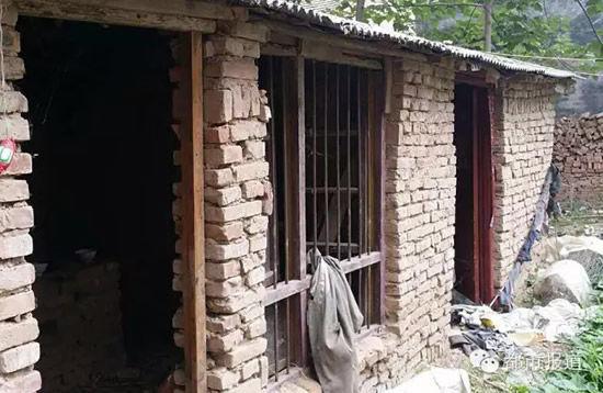 婧婧的家里一贫如洗,一家人住的两间破房子是奶奶捡了半年砖头才盖起来的,父亲患有精神分裂症,母亲没有生活自理能力,一家人全靠奶奶种地为生。