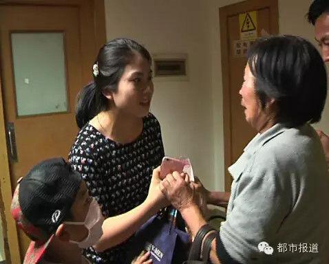 很多好心人得知婧婧的悲惨遭遇后,纷纷赶到医院捐款。今天上午,中华少年儿童慈善救助基金会也决定为婧婧启动紧急救助。