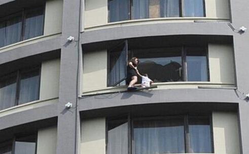 广西女子带女儿跳楼闹离婚 民政局现场办离婚