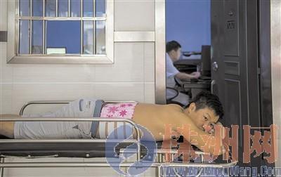 戴先生在医院接受治疗,事发时他跳下深井救女儿,腰椎骨折。汪成
