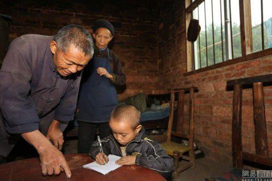 """看到孙子拿出了书包,自顾自地取出了纸笔,趴在饭桌上开始写字,一旁的卢朝礼更生气了:""""这孩子怎么这么不听话?一让你上学,你就非说要自己在家里看书,非要和我们一起到地里干活儿,人不大,脾气不小!你记住,爷爷奶奶永远不可能害你!"""""""