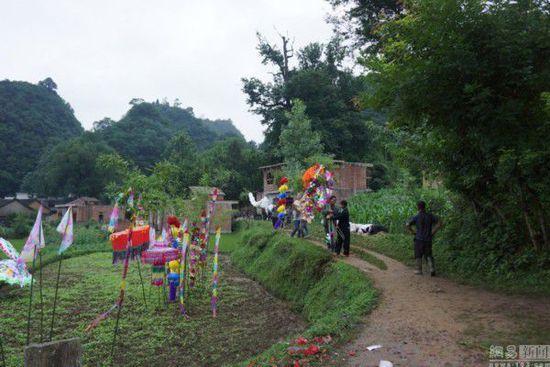 2014年6月6日上午十点整,按照道士的掐算时间,卢朝礼出殡了,考虑到他的傻儿子和傻媳妇无法领队,他的妻子韦兴云就让孙子领队。