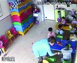 幼儿园儿童一天被打4次 一脚踢出半米