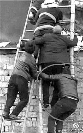 男子火灾扛梯子6分钟救4人