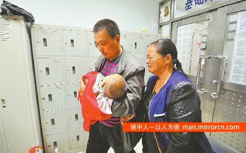 11个月大女婴体内被扎12根钢针