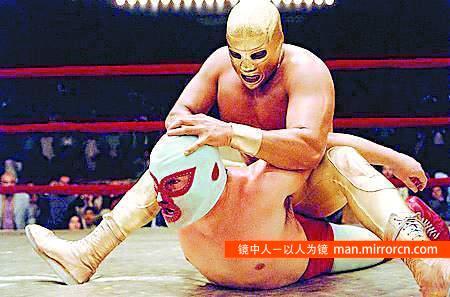 神父为孤儿筹钱蒙面参加摔跤比赛23年