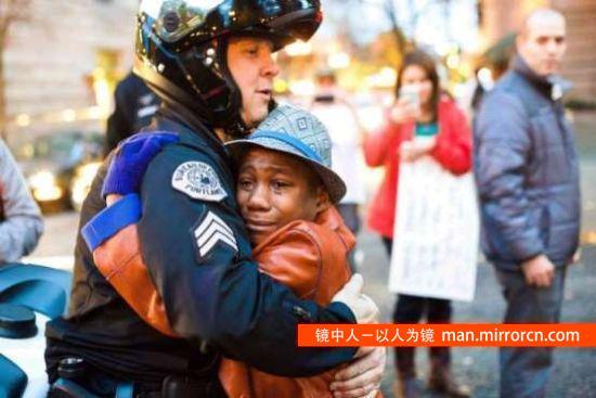 白人警察拥抱非裔少年