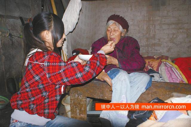 13岁女孩养鸡种菜照顾奶奶