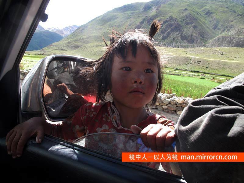 公路上的小孩子