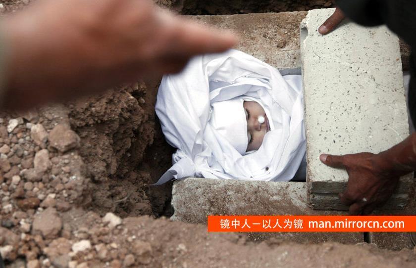 正在下葬的婴儿