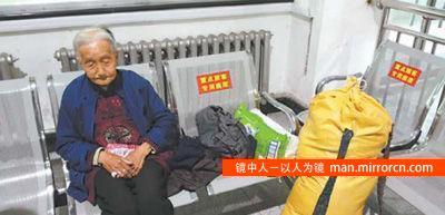 85岁老人千里寻子 儿子逃避不见面