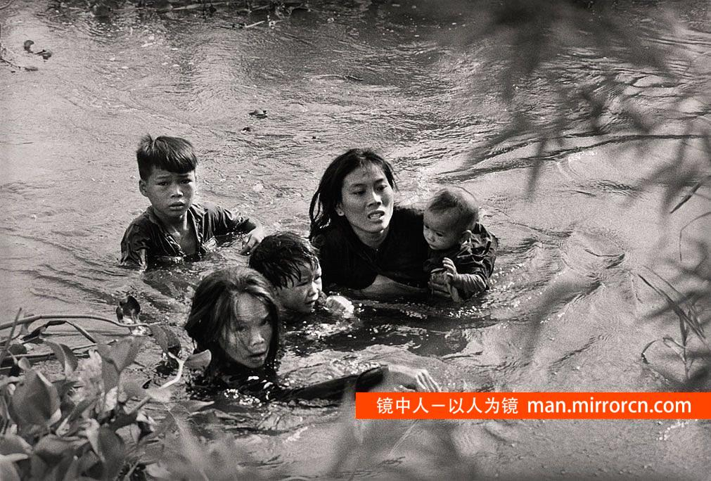 和母亲一起逃离的孩子们