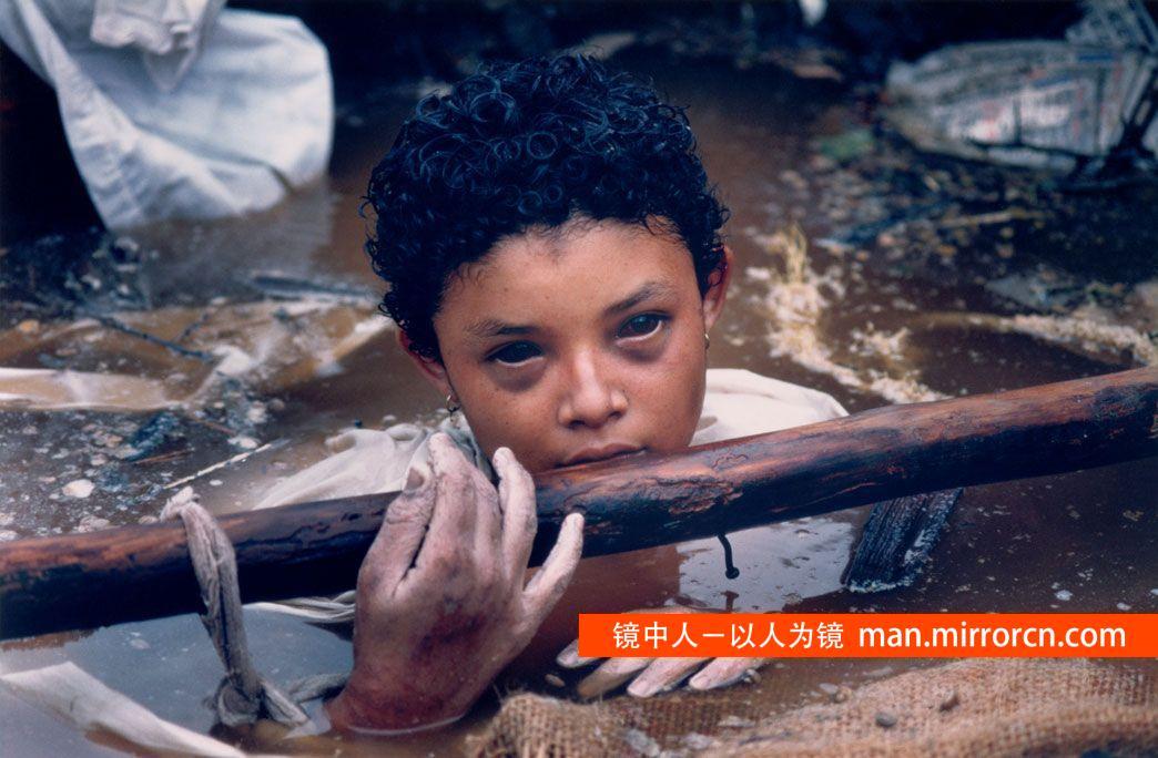 被埋在废墟的12岁女孩