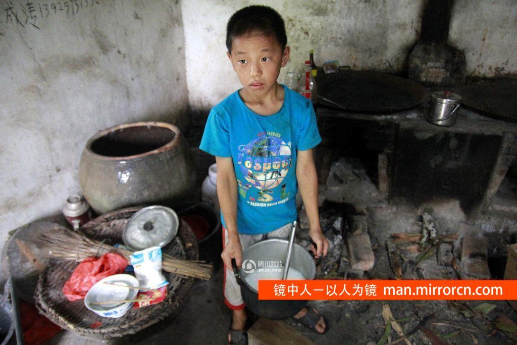 11岁孤儿独自在庙里生活