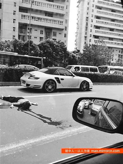 女子横穿马路被撞身亡