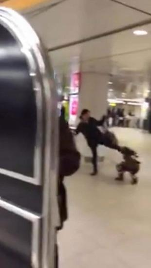 女子在火车站狂踢女儿头部