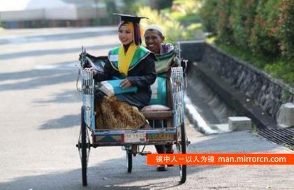 寒门女乘父三轮车参加毕业典礼