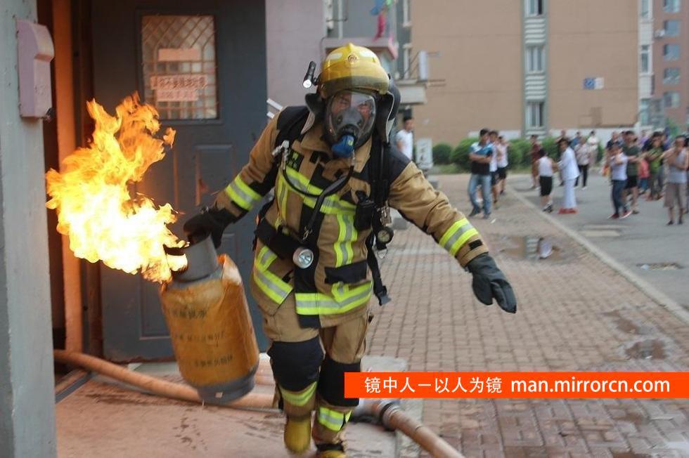 """为救轻生者,消防员再抱""""炸弹"""""""