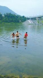 两男子救跳河女子 岸上衣物被偷走