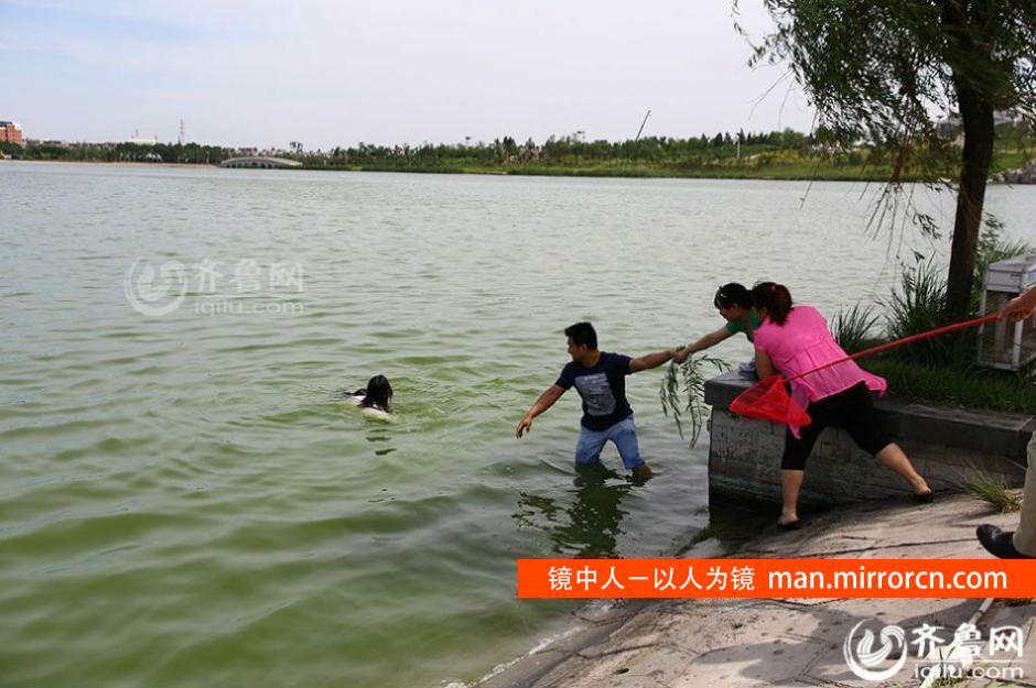 女孩跳水救人后悄然离去