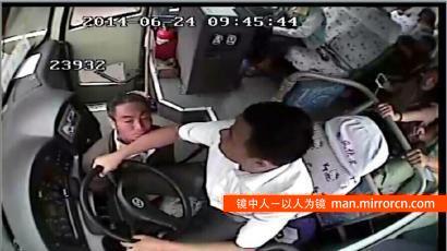 男子未领到工资情绪低落 高速路上袭击大巴司机