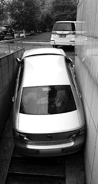 女司机倒车卡坡道 丈夫爬进车陪其等救援