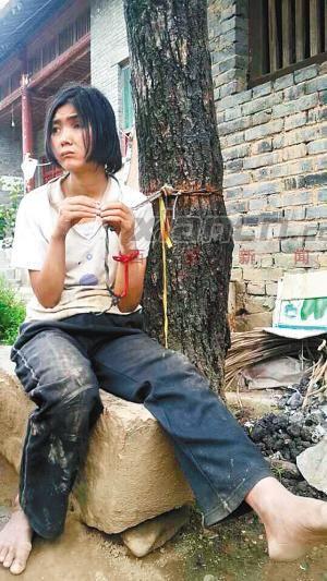26岁女子被拴在树上生活20多年