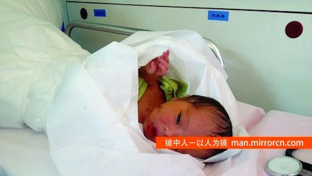 高温天男婴被弃臭水沟 身体擦伤头部遭撞击