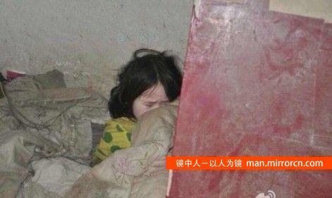 5岁女童与父亲流落街头艰难生存