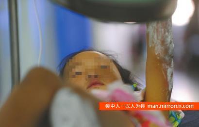 6岁女孩火灾中救出妈妈 身体16%被烧伤