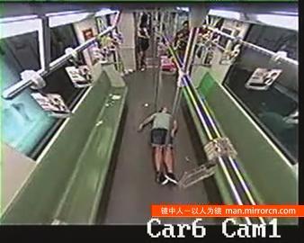 老外在地铁晕倒 吓跑三节车厢的人