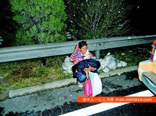 产妇半夜临盆被客车司机赶下车 自己咬断脐带产下一女婴