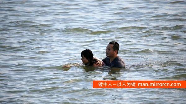 男子跳水救人后离去 不愿接受采访