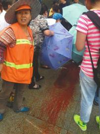 雨天孕妇当街临盆 众人撑伞挡雨