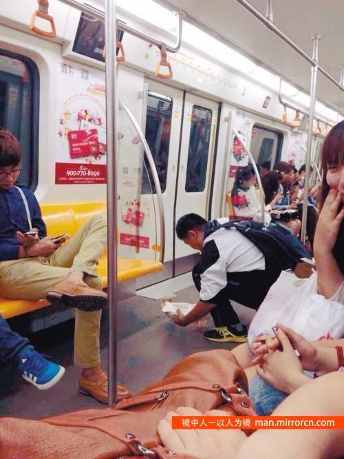 少年地铁清理地上垃圾