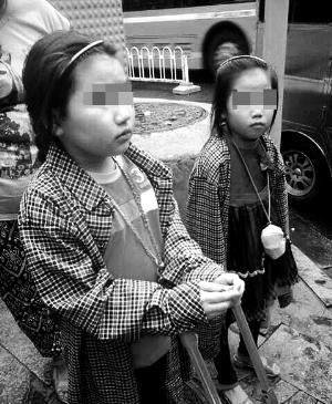 小姐妹被遗弃街头 父亲为富商