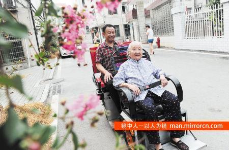 男子为95岁老母制作代步车