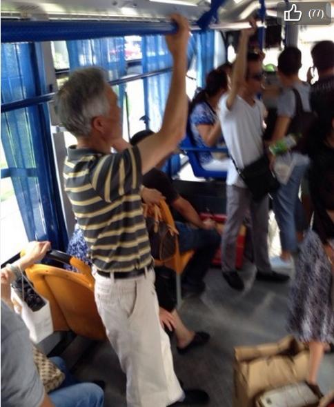 小伙公交车上未让座被老人群殴