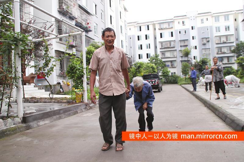 男子照顾重度残疾妻子26年