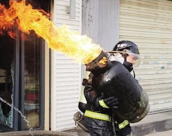 消防战士的十六个瞬间