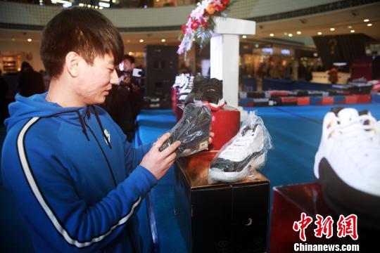 小伙拍卖600余双藏鞋用作捐款