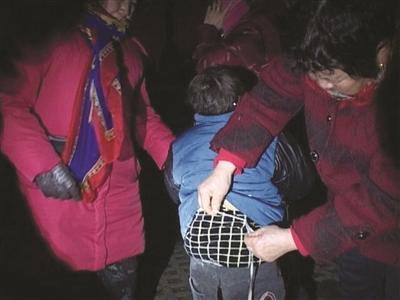 5岁男童被绑公园长凳上或遭遗弃