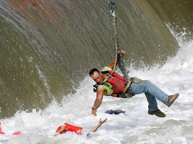 建筑工人救落水者