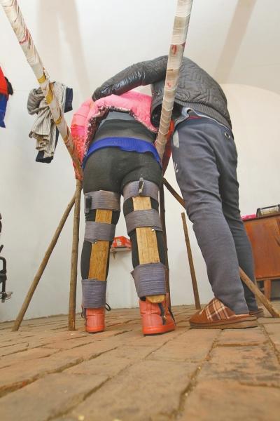 90后男子照顾瘫痪女友5年