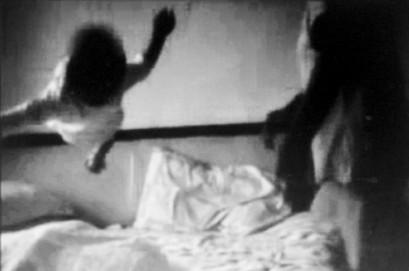 10月女婴被保姆抱起猛摔