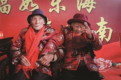 老夫妻相伴80载 秀恩爱秀到100岁