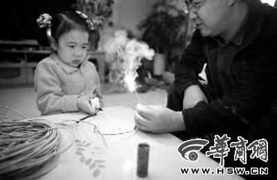"""爸爸自制""""放炮神器"""" 让4岁女儿享受放鞭炮乐趣"""