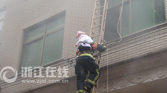 消防战士火场背婴儿爬下9米拉梯